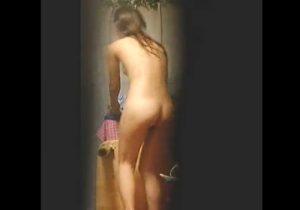 【家庭内盗撮動画】JCのロリ妹がお風呂上がりに自分の部屋で着替える姿を変態兄が覗き見www