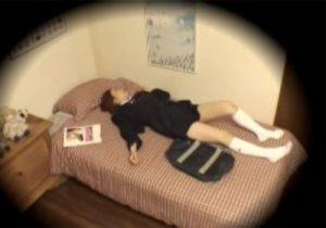 【オナニー盗撮動画】学校から帰宅後、制服から部屋着に着替えて股間をモゾモゾと弄り出す女子校生www