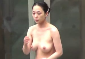 【露天風呂隠撮動画】木の茂みから温泉に入浴中のお姉さんや若妻の素っ裸を隠し撮りwww
