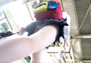 【パンチラ逆さ撮り盗撮動画】駅でミニスカ女子校生たちを尾行してスカート内のパンツを堪能www