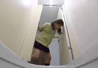 【トイレ隠撮動画】チャイムと共に女子校生が猛ダッシュで便所に駆け込むがお漏らしwww