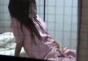 【オナニー盗撮動画】学校から帰宅して制服からパジャマに着替えて日課の自慰するJKを隠し撮りwww