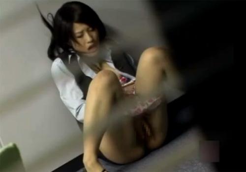 【オナニー盗撮動画】勤務中の清楚なOLが会議室で胸を曝け出し、マンコを弄り自慰行為してたwww