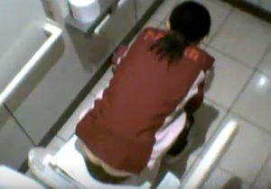 【トイレ盗撮動画】セブンイレブンの便所に隠しカメラ設置…女性店員がお尻丸出しwww