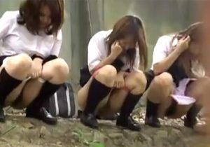 【野外盗撮動画】女子校生が友達と横に並んで連れションする光景を隠し撮りwww