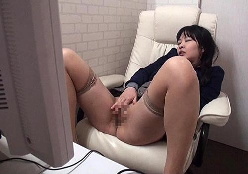 【オナニー盗撮動画】ネットカフェの個室で素人女子がAVを見ながらマンコ弄ってるwww