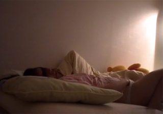 【家庭内隠撮動画】女子大生のお姉ちゃんが寝る前にオナニーする姿を弟が隠しカメラで捉えたwww