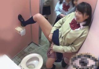 【トイレ隠撮動画】笑いながら女子校生が立ちションして小便を撒き散らす様子を激撮www