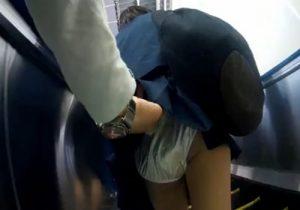【JKパンチラ盗撮動画】駅構内で女子校生の制服スカートを大胆に捲り上げてパンツを隠し撮るwww