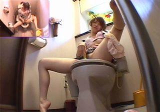 【オナニー隠撮動画】事務所の女子トイレで同僚OLが自慰行為に耽る一部始終を撮影www