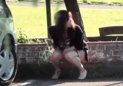 【野ション盗撮動画】挙動不振な女性達を尾行…物陰に腰を下ろし放尿してると通行人にバレたwww
