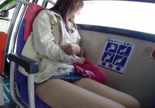 【パンチラ盗撮動画】路線バス車内で超ミニスカギャルのパンツがモロ見えだったので迷わず撮影www