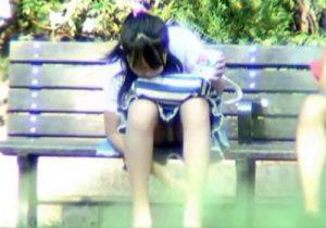 【JKパンチラ盗撮動画】公園のベンチに座るパンツ丸見えな女子校生を望遠レンズで撮影www