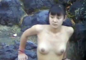 【露天風呂隠撮動画】温泉に浸かる美乳女子大生の濡れて火照った裸体をリアルに捉えるwww