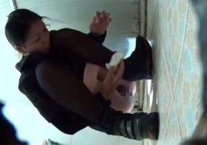 【無修正隠撮動画】放尿中の綺麗なお姉さん達の無防備なオマンコを下から盗み撮りwww