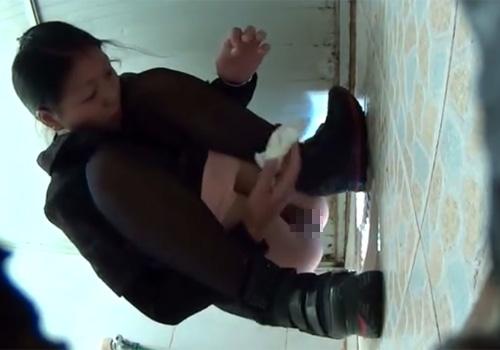 【無修正盗撮動画】放尿中の綺麗なお姉さん達の無防備なオマンコを下から盗み撮りwww