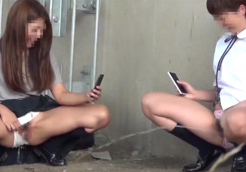【JK盗撮動画】学校帰りにハイテンションな女子校生が友達とおふざけで野ションwww