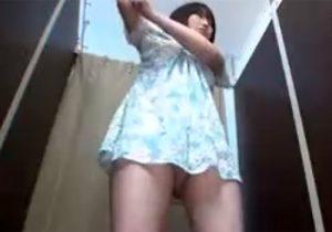 【着替え盗撮動画】雑誌のオーディションで美人女子大生が利用する試着室をローアングルで撮影www