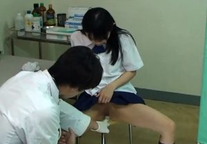 【病院盗撮動画】女子校の内科検診で変態医師が貧乳女子校生に悪戯してマンコを弄るwww