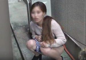 【野ション盗撮動画】路地裏に隠れて放尿するお姉さん達…隠し撮りに気づき慌てふためくwww