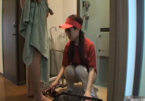 【盗撮動画】ピザを配達に来たアルバイトの宅配娘に玄関先で勃起チンポを見せつけた結果www