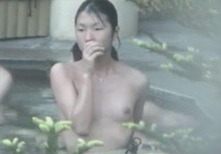 【露天風呂盗撮動画】家族で温泉旅行に訪れたロリJCの貧乳少女のカラダを粘着撮影www