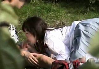 【放課後盗撮動画】憩いの場の公園で素人カップル発見…女子校生がチンポをフェラチオしてるwww