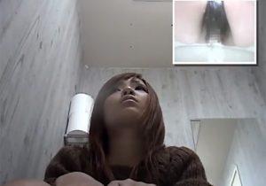 【トイレ盗撮動画】公衆便所の和式に跨り放尿してる素人ギャルのオマンコを接写撮影www