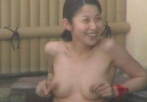 【露天風呂盗撮動画】望遠カメラで女子校生をロックオンして女子校生の未成熟なおっぱいをガン見www