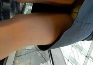 【逆さ撮り盗撮動画】見る気なくても簡単にパンツが見れるエスカレーターでのパンチラwww