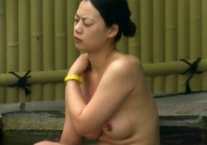 【露天風呂盗撮動画】無防備な女子大生や熟女の裸やおっぱいを望遠カメラでロックオンwww