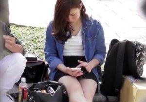 【パンチラ盗撮動画】ミニスカ女子大生が見せつける感じだったので遠慮なく撮影したったwww