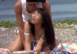 【青姦盗撮動画】海辺で発情した素人バカップルの一度噴いた性欲はおさまらないwww