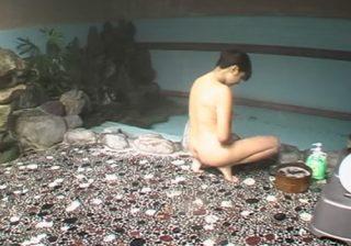 【オナニー盗撮動画】旅館にある大浴場で素人女子がボディソープを利用してマンコを擦るwww