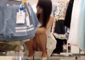 【素人盗撮動画】買い物中に可愛いショップ店員さんのパンチラと胸チラを隠し撮りwww