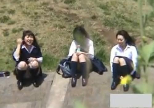 【JKパンチラ盗撮動画】下校途中に河川敷で女子トークする制服姿の女子校生のパンツを覗き見www