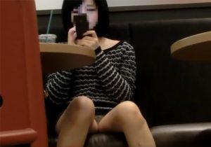 【パンチラ盗撮動画】カフェで寛ぐ女子大生が無警戒にパンツを晒してたので隠し撮りwww