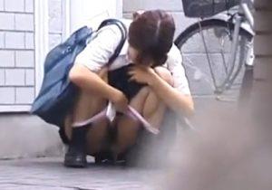 【野ション隠撮動画】下校途中の女子校生が他人の家の前でパンツを下ろし勢いよく放尿を始めるwww
