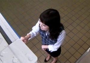 【パンチラ盗撮動画】自販機でタイトスカート履いたOLお姉さんの蒸れたパンツを隠し撮りwww
