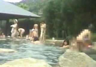 【露天風呂隠撮動画】団体の女性客たちで賑わう温泉を撮影…幅広い年齢層の方々の裸が見えるwww