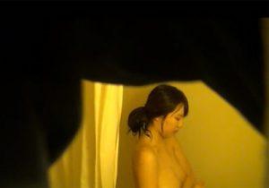 【お風呂盗撮動画】童顔で可愛い巨乳女子大生がシャワーを浴びる姿を覗き穴から隠し撮りwww