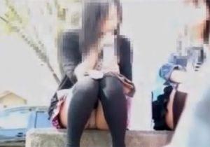【パンチラ盗撮動画】公園でニーソックス履いた黒髪美少女のクロッチ部分をドアップで覗くwww