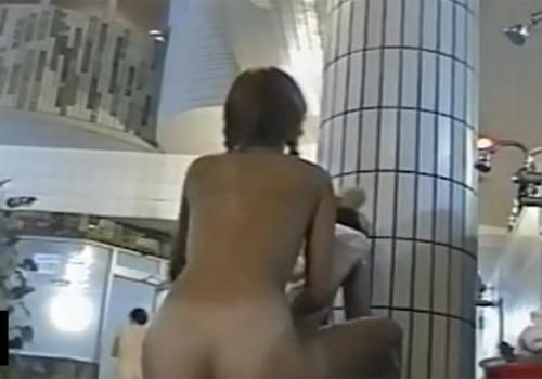 【銭湯盗撮動画】女湯の洗い場でビキニ水着の日焼け跡が眩しい素人ギャルの裸体がセクシーすぎるwww