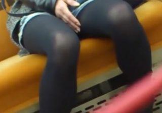 【電車内盗撮動画】疲れて熟睡するデニムポットパンツに黒パンストの素人ギャルを執拗に撮影してるwww