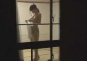 【着替え盗撮動画】スレンダーで爆乳お姉さんが帰宅後にノーブラでキャミソールを着る所を激撮www