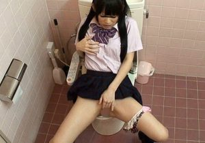 【JKオナニー盗撮動画】授業中にムラムラした10代の制服少女がオマンコを弄って体をガクガク痙攣させ潮吹き絶頂www