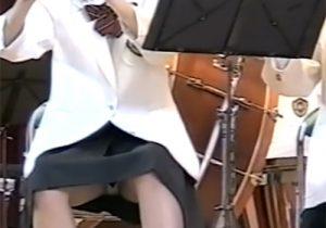 【JKパンチラ盗撮動画】必死に演奏してる吹奏楽部女子校生の純白パンティーを接写撮りwww