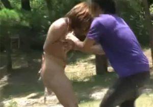 【悪戯盗撮動画】素人ビキニギャルの水着を剥ぎ取る…素っ裸で犯人を追い掛けますwww