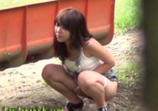 【野外放尿盗撮動画】尿意が我慢出来ず野外で小便してる素人美女が人の気配に気づき慌てる様子が面白いwww