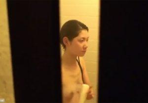 【風呂盗撮動画】他人の家の敷地内に不法侵入してシャワー中の女性の素っ裸を窓外から隠し撮りwww